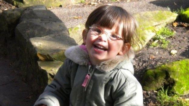 Ellie viveu com os avós enquanto esteve separada do pai