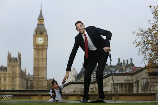 (Imagem: O menor e o maior homem do mundo. O nepalês Dangi mede 54 centímetros, enquanto o turco Kosen tem 2,51 metros.