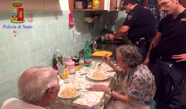 itália policiais cozinham idosos abandonados tristeza