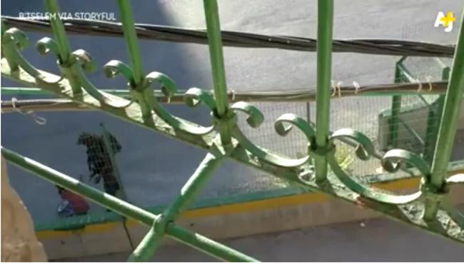 soldado israelense rouba bicicleta criança