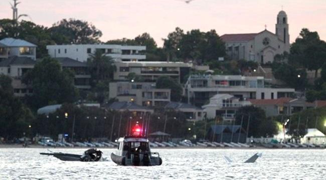 avião cai rio Austrália frente milhares pessoas