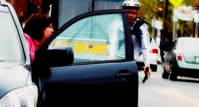 motorista holanda abrir carro mão direita atenção bicicletas