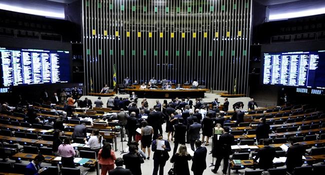 Câmara deputados gastar milhões poltronas couro crise economia