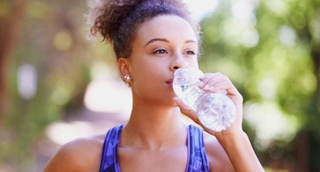 como impedir garrafa d'água bactérias
