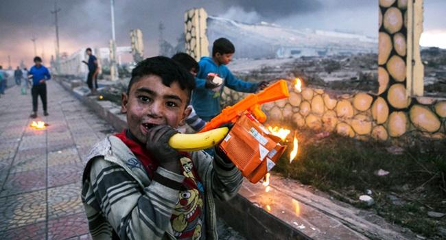 brincando guerra crianças iraque oriente médio