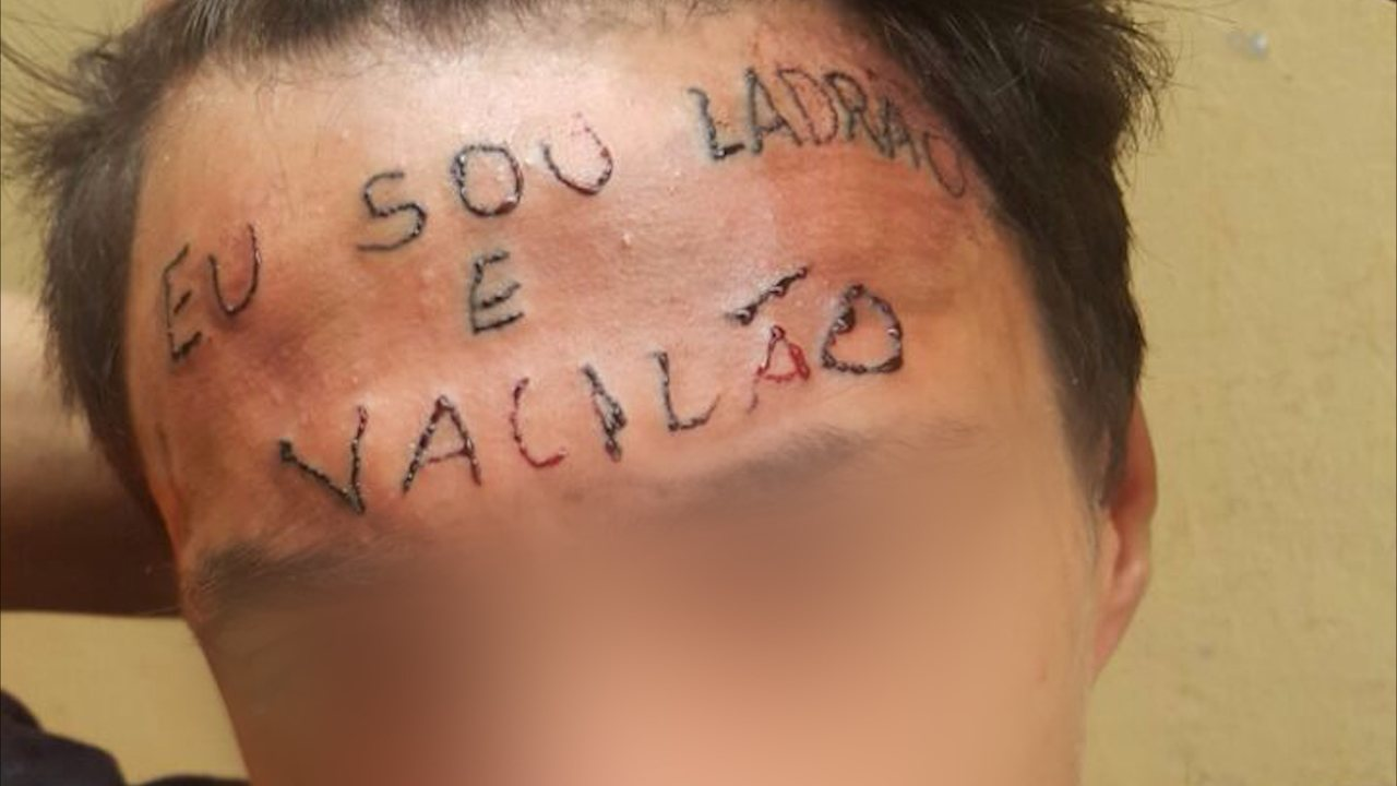 jovem tatuado tatuagem na testa