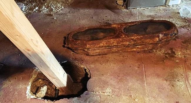 mistério menina encontrada morta eua debaixo casa calfórnia