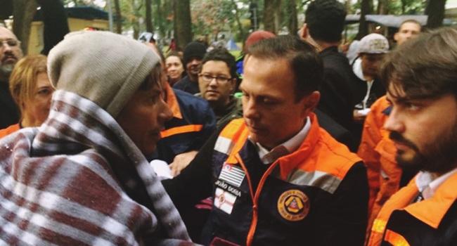 moradores de rua expulsam hostiliza joão doria cobertor são paulo
