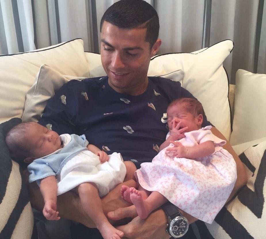 Cristiano Ronaldo gêmeos mãe mulher