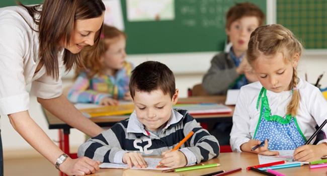 aluno 7 anos debaterem papel educadores escolas espanha