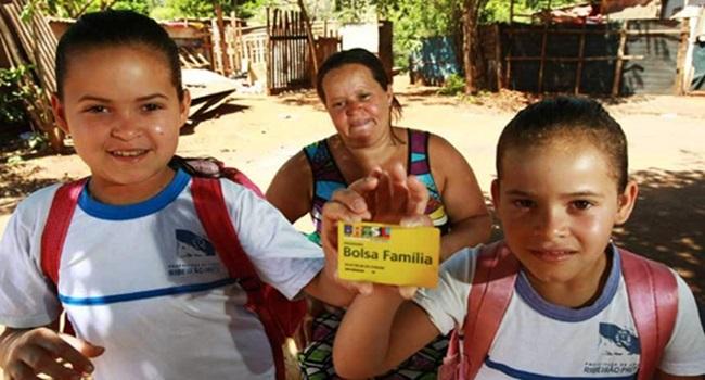 impacto do bolsa família na educação criança beneficiárias