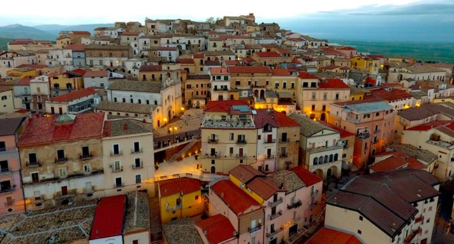 candele itália paga 7 mil novos moradores