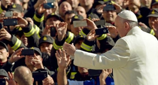 papa francisco bronca celular durante missa fieis padres