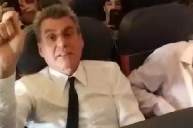 Moradora de Blumenau bate boca com senador Romero Jucá dentro de avião