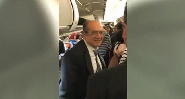 passageiros hostilizam gilmar mendes voo ministro sorri