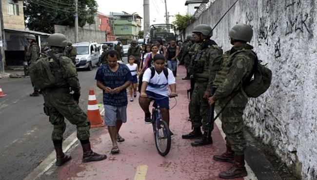 militares no rio de janeiro negros favela violência policial