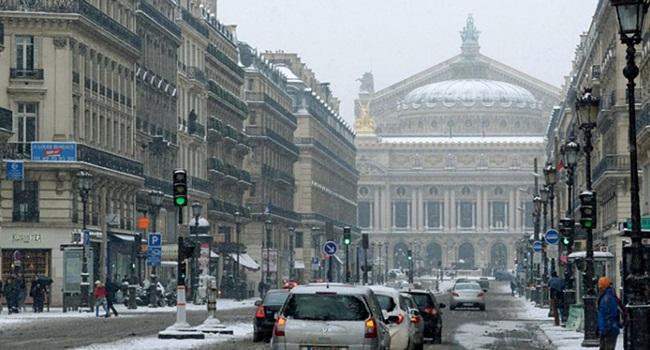 Neve ao redor de Paris motorista dormir carro