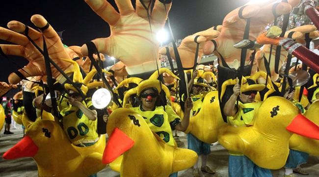 sambando no golpe carnaval tuiuti mangueira temer corrupção escravidão