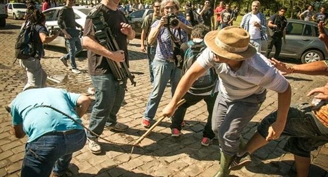 fazendeiros gaúchos agridem Lula e seus seguidores
