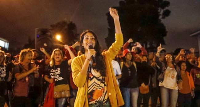 Bela Gil vai ao acampamento Lula Livre organização