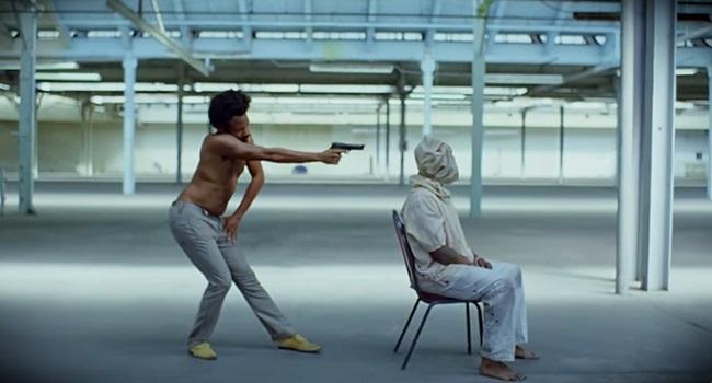 Clipe de This is America hipocrisia dos EUA negros armas de fogo