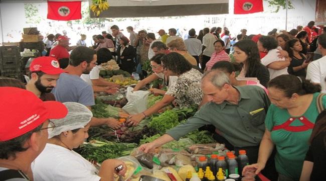 Feira do MST é a maior brasil diversidades alimentos agricultura vegetais