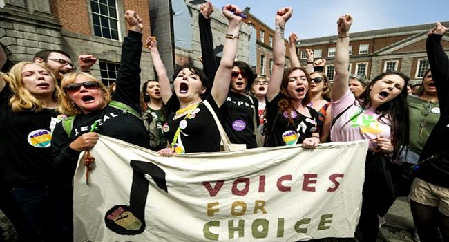 histórica legalização do aborto na Irlanda