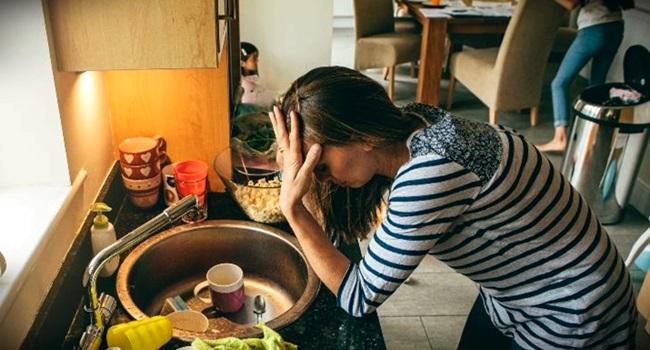 IBGE mulheres brasileiras trabalham 10 horas a mais do que homens