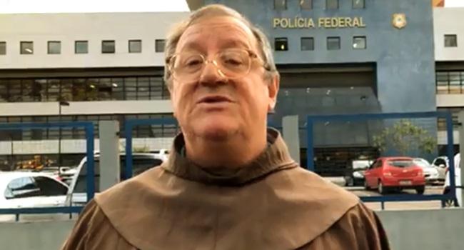 Frei franciscano visita Lula e traz mensagem do ex-presidente