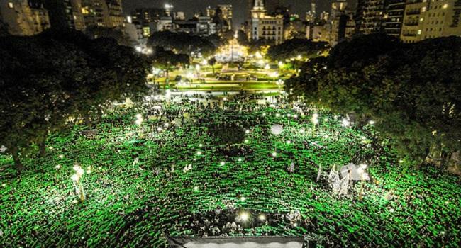 Mulheres argentinas e seus lenços verdes estão fazendo uma revolução