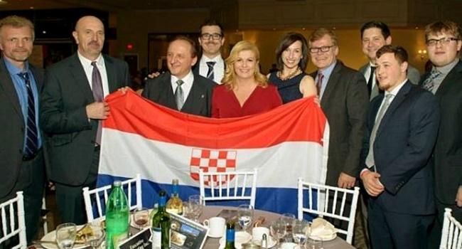 Juiz e jornalista festejam presidente que ostentou bandeira de regime genocida Kolinda