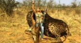 mulher-posta-foto-ao-lado-de-girafa-morta-e-provoca-revolta