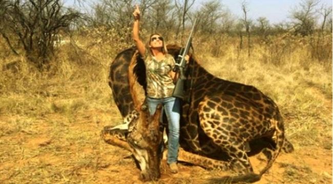 Mulher posta foto ao lado de girafa morta e provoca revolta