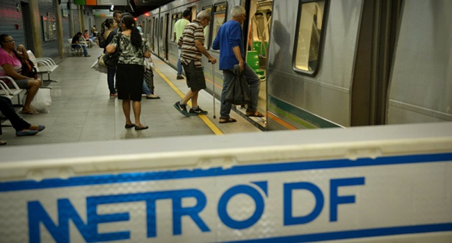 Faxineira analfabeta assina contrato Metrô do DF