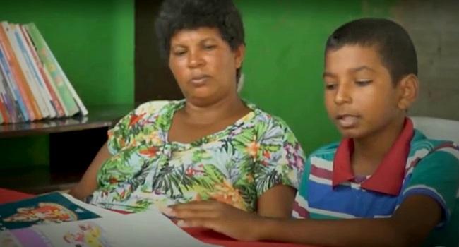 leitora educação criança mãe iletrada analfabeta