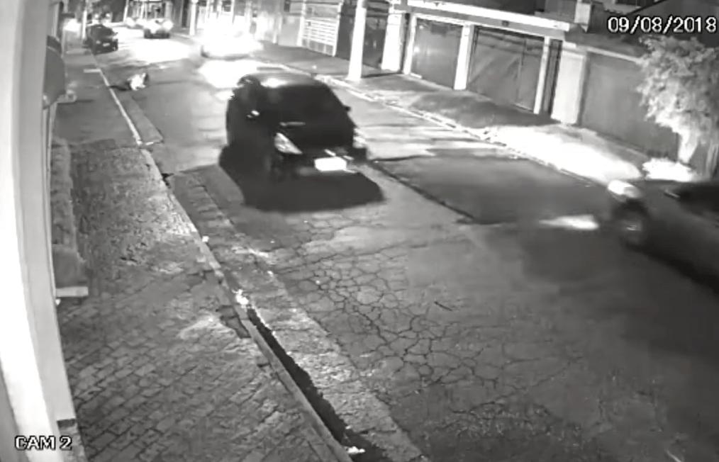 mulher pula carro em movimento