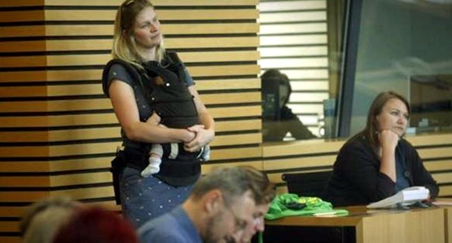 deputada expulsa plenário bebê trabalho alemanha