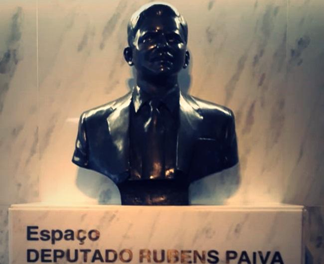 Bolsonaro cuspiu na estátua de Rubens Paiva câmara dos deputados