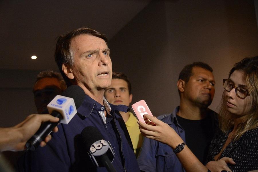 Bolsonaro entrevista mão na faixa