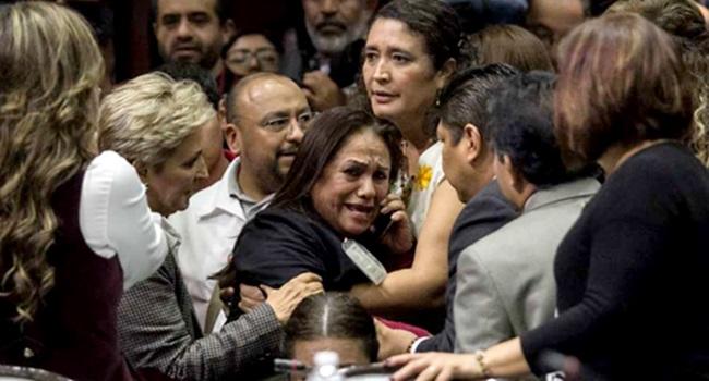 Imagens de deputada recebendo a notícia da morte da filha ganharam o mundo