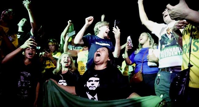 Síndrome idiota confiante ascensão Bolsonaro e Trump