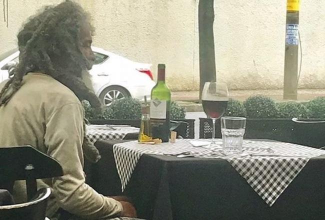 Morador de rua em restaurante de BH é a imagem da semana