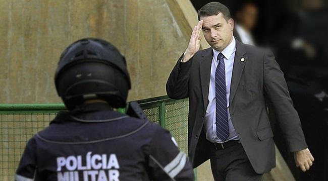 Irmã de milicianos foi autorizada por Flávio Bolsonaro a assinar cheques