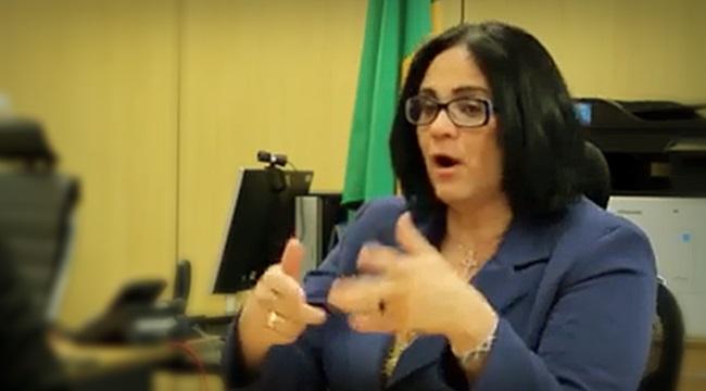 polêmica Damares Alves aconselha pais de meninas a fugirem do Brasil