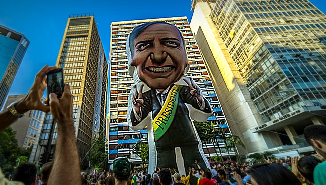 Bolsonaro golden shower estratégia de firehosing