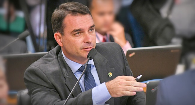 Flávio Bolsonaro projeto fábricas de armas estrangeiras Brasil massacre Suzano