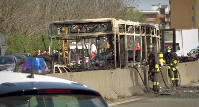 Motorista sequestra crianças na Itália incendeia ônibus