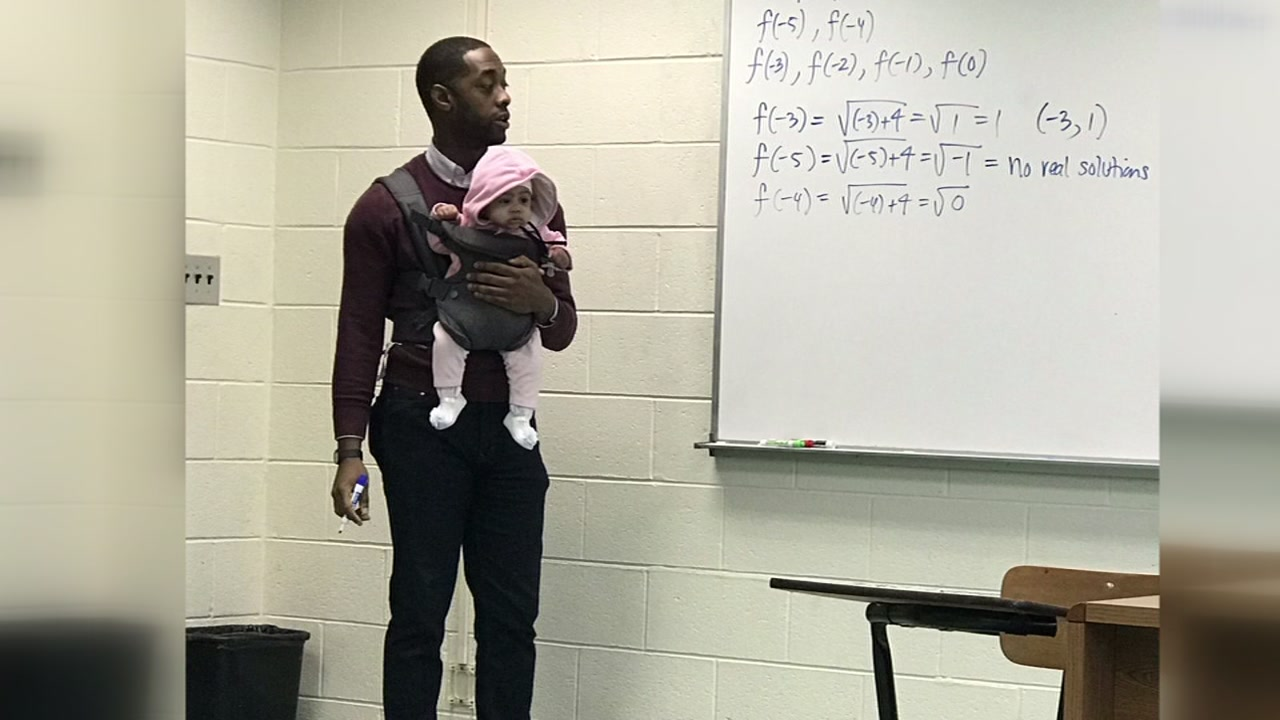 professor Nathan Alexander segura bebê