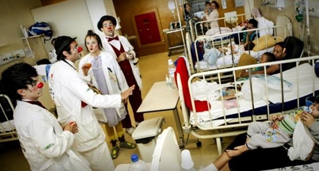 crianças hospitalizadas ensinam aos adultos sobre comunicação