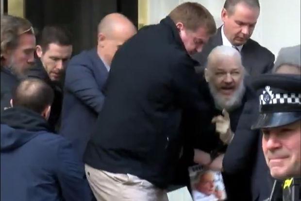 Julian Assange preso em Londres